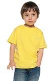 黄色衬衣的严肃的小男孩 库存图片