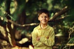 黄色衬衣的快乐的男孩 免版税库存照片