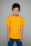 黄色衬衣的时尚年轻男孩 免版税库存照片