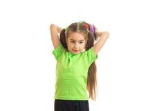 绿色衬衣的逗人喜爱的女孩有球的在手上 免版税库存照片