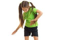 绿色衬衣跳舞的逗人喜爱的小女孩在演播室 免版税图库摄影