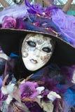 紫色被打扮的被掩没的妇女画象 免版税库存照片