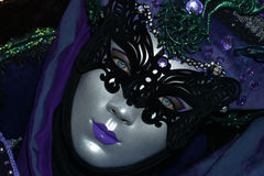 紫色被打扮的被掩没的妇女画象 库存图片