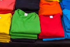 色被排行的T恤杉折叠 库存图片