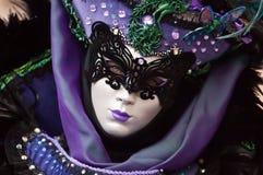 紫色被掩没的妇女画象 免版税图库摄影