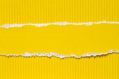 黄色被撕毁的纸背景纹理 图库摄影