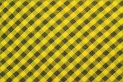 黄色被检查的桌布背景 库存图片