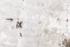 色被绘的简单老年迈的白色退了色在破裂的水泥具体房子墙壁表面背景的被风化的织地不很细样式 免版税库存图片