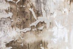 色被绘的简单老年迈的白色退了色在破裂的水泥具体房子墙壁表面背景的被风化的织地不很细样式 图库摄影