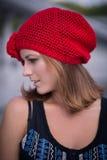 黄色被编织的贝雷帽的女孩 库存图片