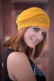 黄色被编织的贝雷帽的女孩 库存照片