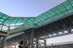 绿色被遮盖的桥 免版税库存图片