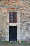 黑色被风化的前门和窗口 免版税库存照片