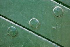 绿色被绘的木头和钉子纹理背景 库存照片
