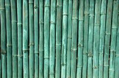绿色被绘的竹墙壁背景 免版税图库摄影