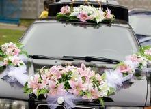 黑色装饰了婚礼汽车 免版税库存照片