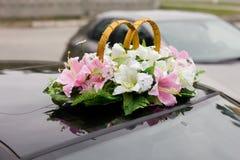 黑色装饰了婚礼汽车 免版税图库摄影
