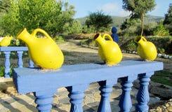 黄色装饰泥罐 免版税库存图片
