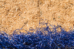 黄色装饰蓝色西沙尔麻和锯木屑背景  库存图片