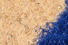 黄色装饰蓝色西沙尔麻和锯木屑背景  库存照片