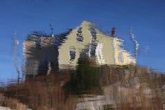 黄色议院被变形的反射 库存照片