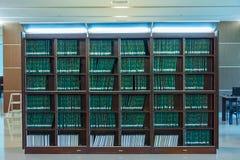 绿色论文行在大书架的在朱拉隆功univ 库存图片