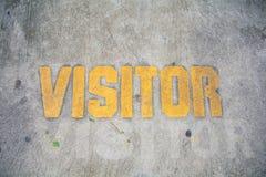 黄色访客停车处标志 库存图片