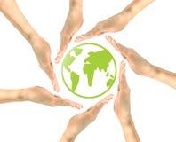 绿色象行星地球在人民的手上 图库摄影
