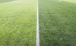 绿色足球场的中心 库存图片