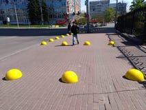 黄色路在一个边路瓦片盘旋在城市 库存照片