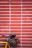 黄色路骑自行车停车处对砖墙 免版税图库摄影