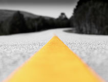 黄色车道线黑白运输路背景 图库摄影