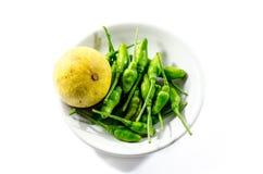 绿色辣椒和黄色石灰lamon在白色背景 免版税图库摄影
