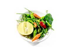绿色辣椒和黄色石灰lamon在白色背景 免版税库存照片