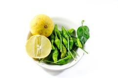 绿色辣椒和黄色石灰lamon在白色背景 库存图片