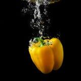 黄色辣椒粉在水中 库存图片