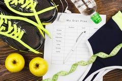 绿色运动鞋、耳机和体育胸罩 免版税库存图片