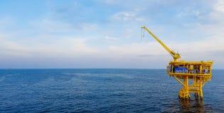 黄色近海石油钻井平台 库存图片
