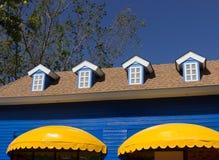 黄色遮篷和蓝色窗口商店 图库摄影