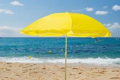 黄色遮阳伞 免版税库存照片