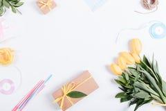 黄色郁金香、箱子有礼物的,丝带和绳索花束  免版税图库摄影