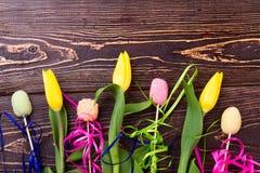黄色郁金香和糖果 免版税图库摄影