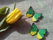 黄色郁金香和butterflie 免版税库存照片