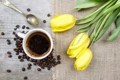 黄色郁金香咖啡和花束顶视图  免版税图库摄影