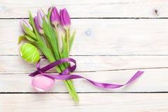紫色郁金香花束和复活节彩蛋 库存照片