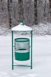 绿色金属垃圾桶在公园在冬天 库存图片