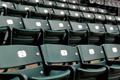 绿色金属椅子几行在露天舞台的 免版税库存图片