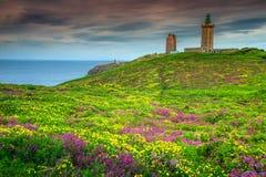 黄色金雀花和紫罗兰色石南花开花,盖帽Frehel,法国 图库摄影
