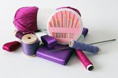 紫色针线用工具加工照片 库存照片