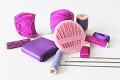 紫色针线用工具加工照片 免版税库存图片